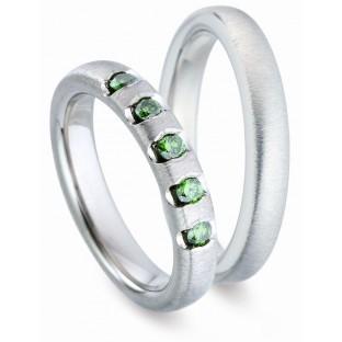 Titanfactory Trauringe mit olivgrünen Steinen